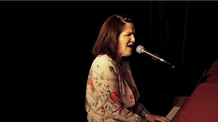 Caroline Harvey chante 'Mon pays'